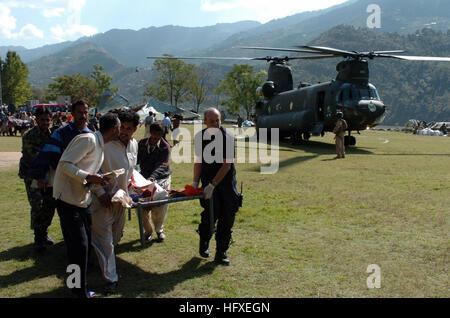 051012-N-8796S-260 Rawalakot, Pakistan (Oct. 12, 2005) - Members of the Pakistan military and civilians from multinational - Stock Photo