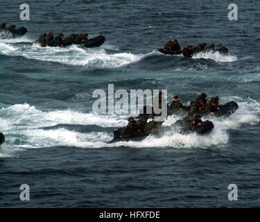 051929-N-4124C-003 - ABOARD USS JUNEAU (LPD 10), At Sea, Republic of the Philippines (Oct. 29, 2005) – Marines from - Stock Photo