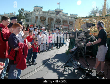 051204-N-8102J-004 Orlando, Fla. (Dec. 4, 2005) - Members of the Armed Forces and their families participate in - Stock Photo