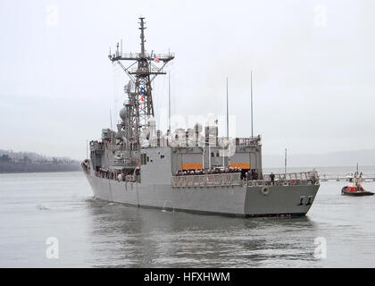 060106-N-8825R-159 Everett, Wash. (Jan. 6, 2005) – Crew members aboard the oliver hazard perry-class frigate USS - Stock Photo