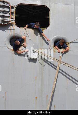 100804-N-6566M-015 GUANTANAMO BAY, Cuba (Aug. 4, 2010) Sailors aboard the amphibious assault ship USS Iwo Jima (LHD - Stock Photo