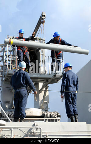 091016-N-0890S-008 CARIBBEAN SEA (Oct. 16, 2009) Sailors load a RIM-116 Rolling Airframe Missile (RAM) into the - Stock Photo