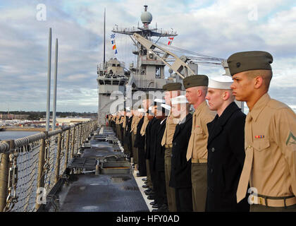 100118-N-1082Z-003  NORFOLK (Jan. 18, 2010) Sailors and Marines man the rails aboard the amphibious dock landing - Stock Photo