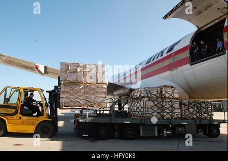 100125-N-9402B-001 JACKSONVILLE, Fla. (Jan. 25, 2010) Paul Reardon of Empire Cargo loads pallets of food and humanitarian - Stock Photo