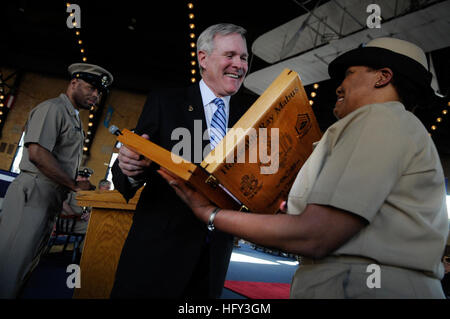 100308-N-5549O-440 ANNAPOLIS, Md. (March 8, 2010) Secretary of the Navy (SECNAV) the Honorable Ray Mabus is presented - Stock Photo