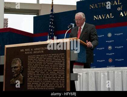 100514-N-3852A-002 PENSACOLA, Fla. (May 14, 2010) Former astronaut Neil Armstrong gives an acceptance speech after - Stock Photo