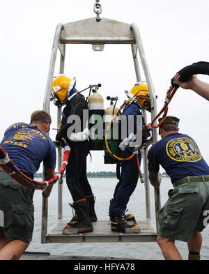 100712-N-9769P-494 SOLOMON ISLAND, Md. (July 12, 2010) Navy Divers are lowered from the Military Sealift Command - Stock Photo