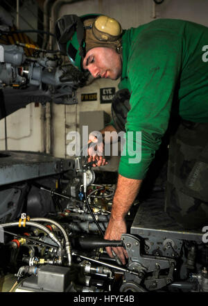 100923-N-7103C-094 PACIFIC OCEAN (Sept. 23, 2010) Aviation Structural Mechanic 2nd Class Eric Wilkinson, from Ellsworth, - Stock Photo