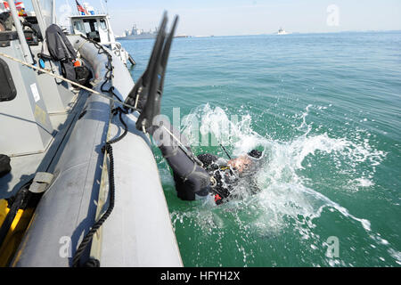 101130-N-6070S-120 MANAMA, Bahrain (Nov. 30, 2010) Navy Diver 1st Class Jason Peters, assigned to Mobile Diving - Stock Photo