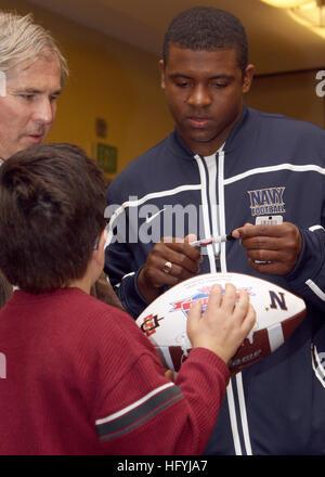 101221-N-7065D-001 SAN DIEGO (Dec. 21, 2010) U.S. Naval Academy quarterback Ricky Dobbs signs an autograph for a - Stock Photo
