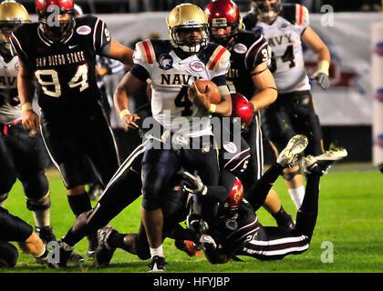 101223-N-1722W-182 SAN DIEGO (Dec. 23, 2010) U.S. Naval Academy quarterback Ricky Dobbs (#4), tries to get past - Stock Photo