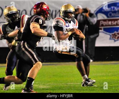 101223-N-1722W-168  SAN DIEGO (Dec. 23, 2010) U.S. Naval Academy quarterback Ricky Dobbs (#4), tries to get past - Stock Photo