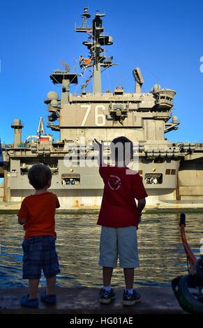 110831-N-RI844-062 PEARL HARBOR (Aug. 31, 2011) Friends and family members of Sailors aboard Nimitz-class aircraft - Stock Photo