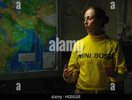 130129-N-BB534-292 U.S. 5TH FLEET AREA OF RESPONSIBILITY (Jan. 29, 2013)  Lt. Kari Tereick briefs service members - Stock Photo