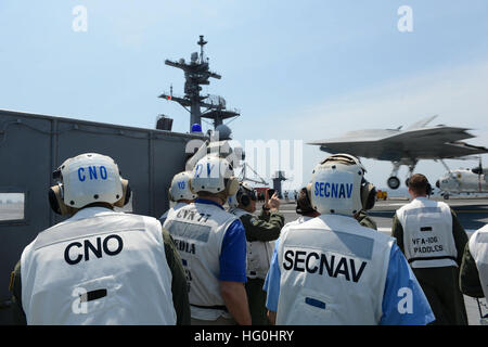 130710-N-YZ751-426 ATLANTIC OCEAN (July 10, 2013) Chief of Naval Operations (CNO) Adm. Jonathan Greenert, left, - Stock Photo