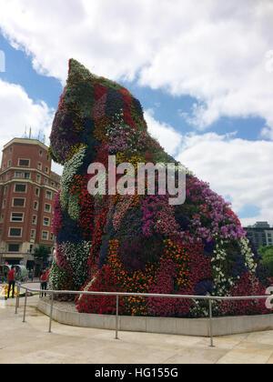 Bilbao, Spanien. 28th July, 2016. Eine Blumenskulptur steht am Eingang zum Guggenheim Museum in Bilbao (Spanien), - Stock Photo