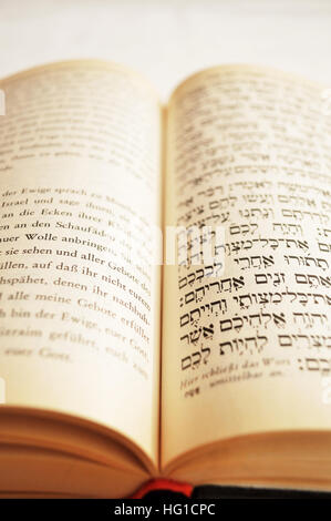 Excerpt in Hebrew writing from the Shulchan Aruch with German translation - Stock Photo