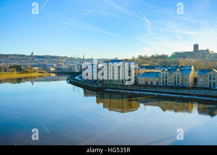 River Lune and St George's Quay Lancaster Lancashire England. Ashton Memorial on left skyline, Priory Church on - Stock Photo