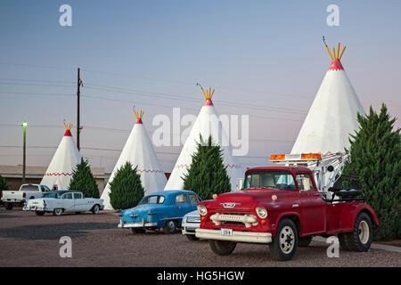 Antique classic vehicles and teepees, wigwams, Wigwam Motel, Route 66, Holbrook, Arizona USA - Stock Photo