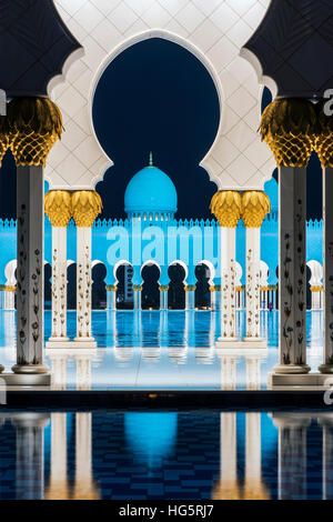 Night view of the inner courtyard of the Sheikh Zayed Mosque, Abu Dhabi, United Arab Emirates - Stock Photo