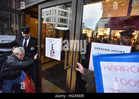 Harrods, Knightsbridge, London, UK. 7th January 2017. Waiters tips protest outside Harrods in Knightsbridge, - Stock Photo