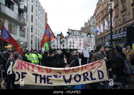 London, UK. 7th January 2017. Protesters demonstrate close off the road outside Harrods department store. The protest - Stock Photo