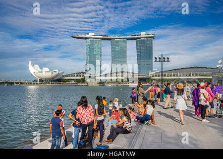 Singapore, view of the Marina Bay Sands resort, the Bayfront Shoppes and the flower-shaped ArtScience Museum across - Stock Photo