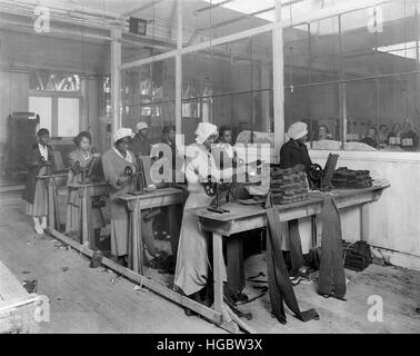 African-American women manufacturing spiral puttees, 1918. - Stock Photo