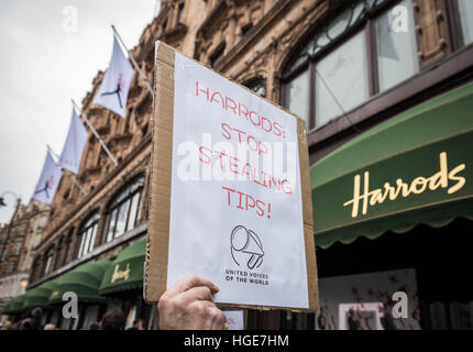 London, UK. 7th January, 2017. United Voices of the World which represents chefs and waiters working at Harrods - Stock Photo