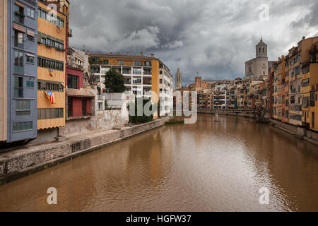 Spain, Catalonia, Girona, Old Quarter (Barri Vell) houses at the River Onyar, historic city centre - Stock Photo
