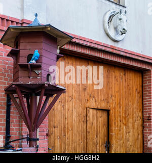 Berlin,Neukölln. Bird nesting box and artificial birds at stables in Rixdorf historic Bohemian Village - Stock Photo