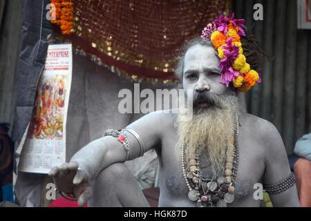 Kolkata, India. 10th Jan, 2017. Pilgrims and Sandhus or Hindu Holy man gather at Kolkata Transit camp before heading - Stock Photo