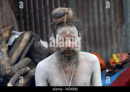 Kolkata, India. 10th Jan, 2017. Sadhus meditate in makesift shelter at Kolkata transit camp. Pilgrims and Sandhus - Stock Photo