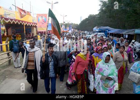 Kolkata, India. 10th Jan, 2017. Thousands of Hindu pilgrims gather at Kolkata trasit camp from all over the India. - Stock Photo