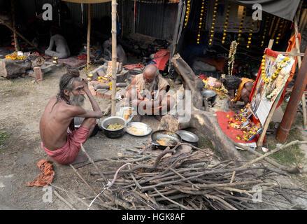 Kolkata, India. 10th Jan, 2017. Sandhus or Hindu Holy cook food at makesift shelter Kolkata Transit camp. Pilgrims - Stock Photo
