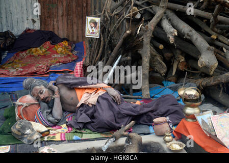 Kolkata, India. 10th Jan, 2017. Sandhus or Hindu Holy sleep at makesoft shelter in Kolkata Transit camp. Pilgrims - Stock Photo