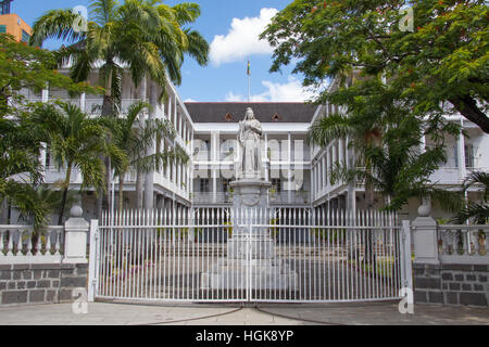 Statue of Queen Victoria, Government House, French Colonial building still used by the current government, Port - Stock Photo