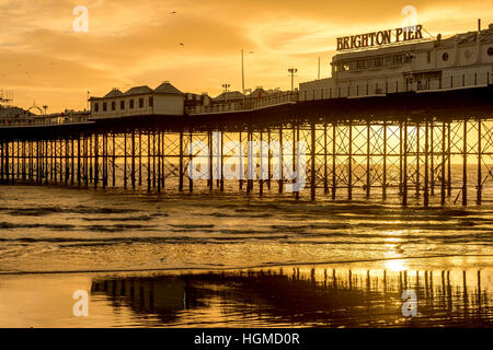 Brighton, UK. 10th January, 2017. Sunset on Brighton seafront this afternoon. Credit: Andrew Hasson/Alamy Live News - Stock Photo