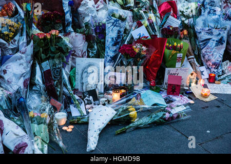 London, UK. 10th January, 2017.  Candles and other tributes in front of the David Bowie mural in Brixton on the - Stock Photo