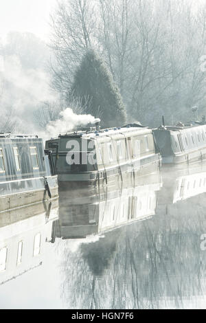 Canal boats on the oxford canal on a foggy frosty December morning. Aynho, Banbury, Oxfordshire, England - Stock Photo