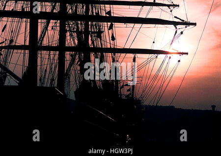 AJAXNETPHOTO. 1989. ROUEN, FRANCE. - TALL SHIPS GATHER ON SEINE - SUN SETS BEHIND THE YARDS AND MASTS OF TALL SHIPS - Stock Photo