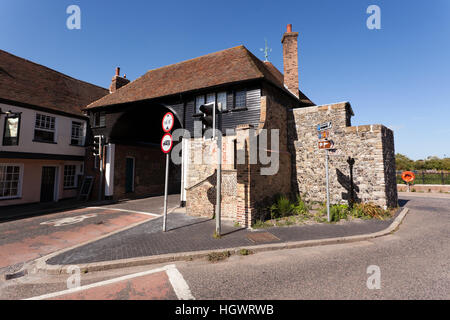 The Barbican toll gate, in Sandwich, England. The Crispin inn, is on the left. - Stock Photo