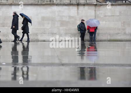 Trafalgar Square, London, UK. 15th January 2017. Rainy and damp in central London. Credit: Matthew Chattle/Alamy - Stock Photo