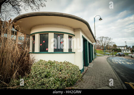 Old bus shelter, in 1930s deco style, known as the clock shelter, Barnards Green, Great Malvern, Worcestershire - Stock Photo