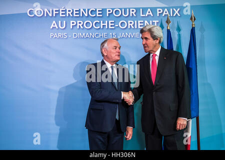Paris, France. 15th Jan, 2017. French Foreign Minister Jean-Marc Ayrault(L) shakes hands with U.S. Secretary of - Stock Photo