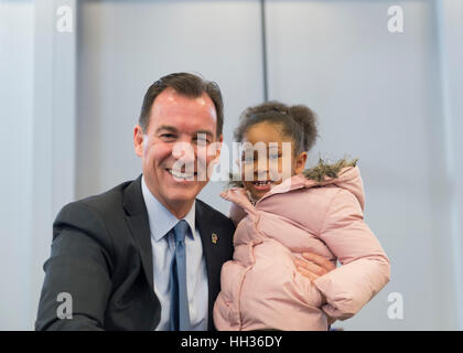 New York, USA. 15th Jan, 2017. Rep. Thomas Suozzi (Democrat - 3rd Congressional District) and Sanaa Smith, 5, of - Stock Photo