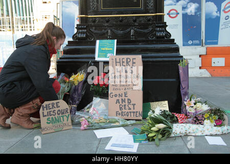 Victoria Station. London, UK. 17th Jan, 2017. Jannika Hubrich with a floral bouquet 'in memory' of train firm hit - Stock Photo