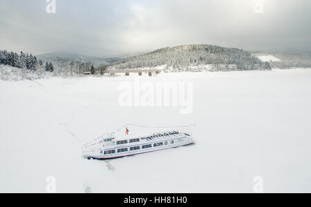 Schulenberg, Germany. 17th Jan, 2017. The MS AquaMarin, a cruise ship, lies moored between snow and ice in the Okerstau - Stock Photo