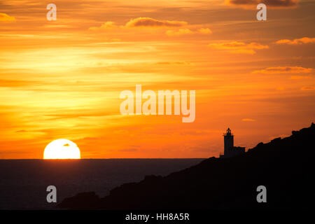 Lamorna Cove, Cornwall, UK. 18th January 2017. UK Weather. Stunning sunrise looking towards lands end, with the - Stock Photo