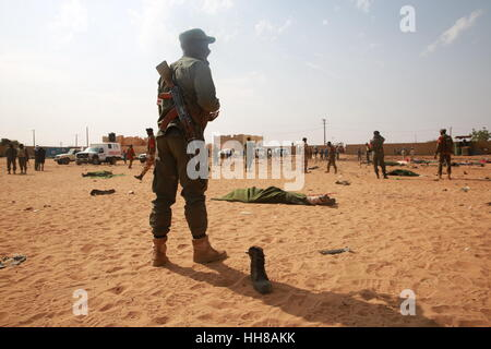 Gao, Mali. 18th January 2017. A member of security forces stands guard at a car bomb attack site in Gao, Mali, on - Stock Photo